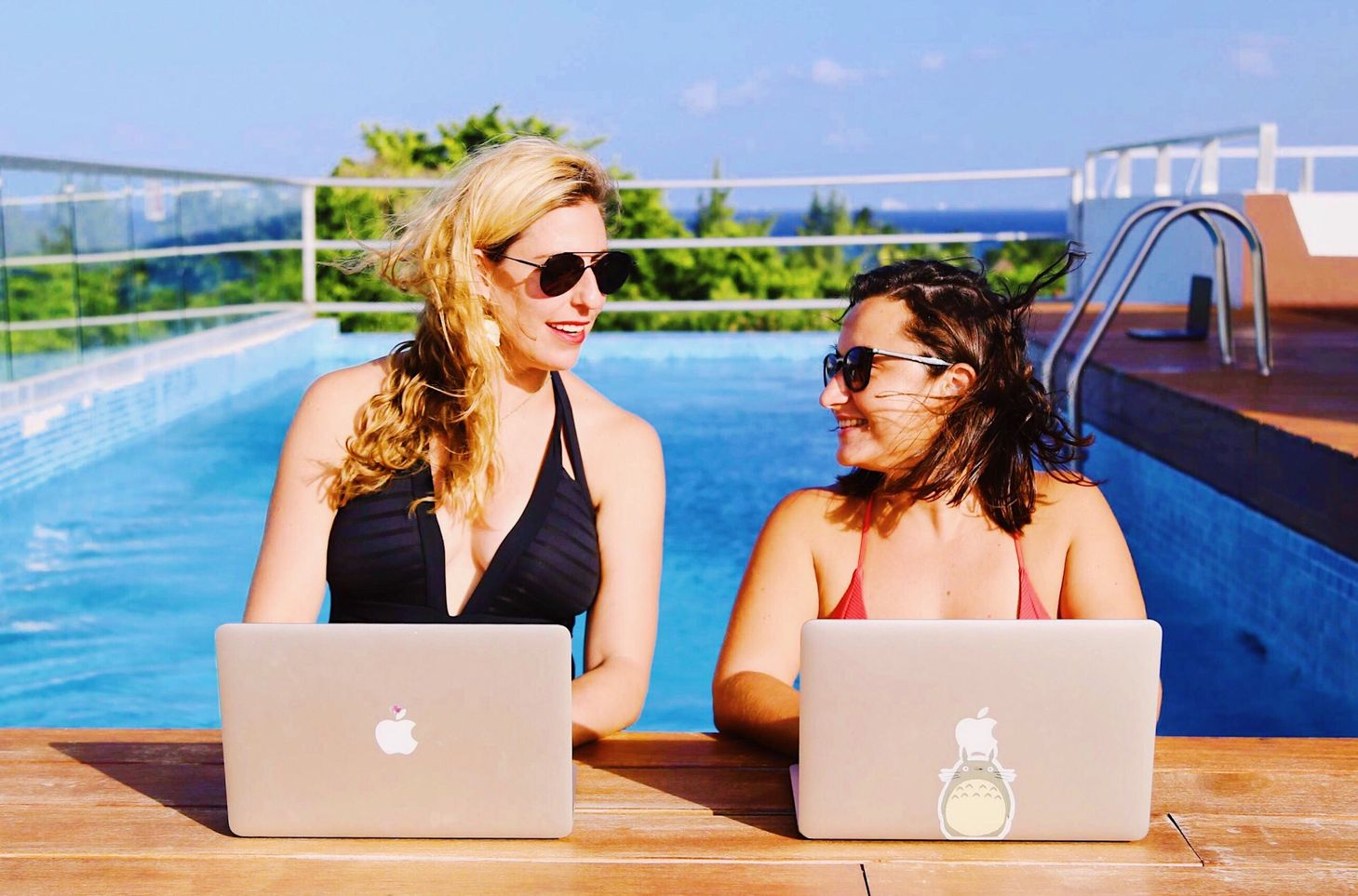 remote-working-at-the-pool